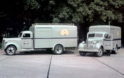 Dia gemaakt door Jan H. Stokking (1916o1975) tijdens de landelijke FoUGAocampagne die de grote veranderingen in het tuinbouwbedrijf en in de handel in groente en fruit onder de aandacht moest brengen. Twee transportwagens voor groente en fruit