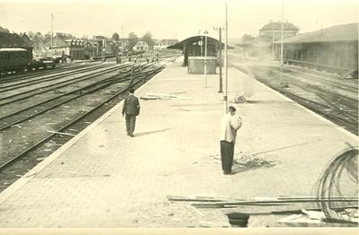 Overzicht van de vernielingen op het station: overzicht van de ravage gezien vanuit de richting Zutphen