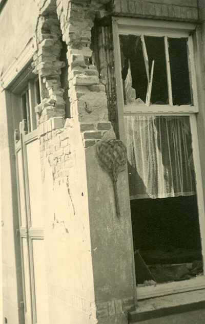 Oorlogsschade aan huizen: oorlogsschade met mattenklopper