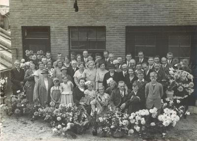 Familieo en personeel van Sigarenfabriek Bolessa, van G. van Bolhuis, genomen ter gelegenheid van de opening van de fabriek