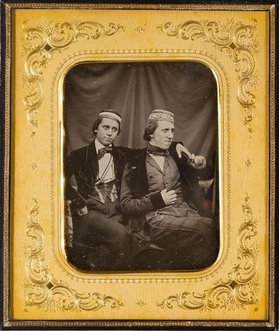 Die Brüder Edmund Johann (1824-1906) und William Andres Krüß (1829-1909) in Korpskleidung