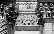 Siena, Dom, Südturm der Fassade: Blattfries mit Masken und Putti (Kopie)