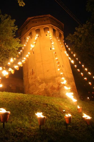 Installations de feu : [Nopti medievale] (Compagnie Carabosse, Franţa)