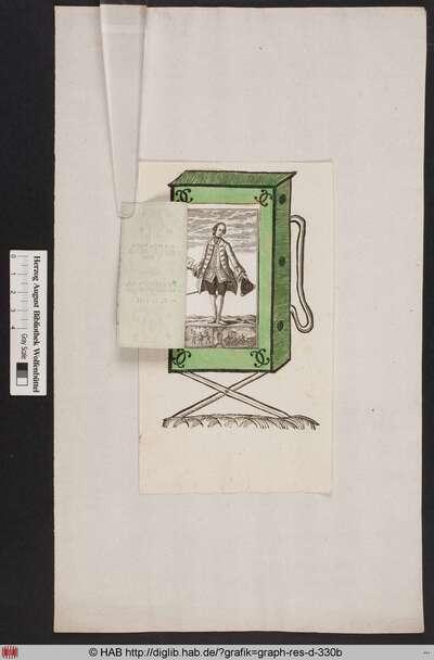 Die Türöffnung eines Guckkastens mit der Darstellung eines Kuriers, der ein Couvert in der Hand hält, darunter eine Kampfszene und eine Gruppe von Menschen, versammelt um eine Kutsche.
