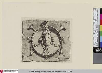 [Ein Maskaron, das in der Mitte eines Tamburin mit verschlossenen Augen prankt und von diversen Musikinstrumenten und einer im Profil dargestellten Miniaturfigur begleitet wird]