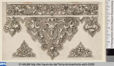 Randornamentleiste mit Maske im Zentrum und abschließendem Fries am oberen Rand, darunter zwei kleinere Versatzstücke