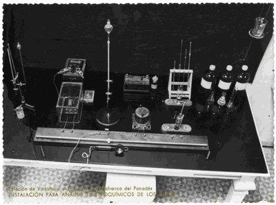 Laboratori de físico-química. Instal·lació per anàlisis electroquímics dels vins.