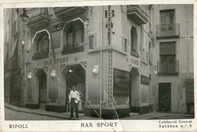 Bar Sport i local del Centre Català Resorgiment, carrer sant Pere, cantonada plaça sant Eudald