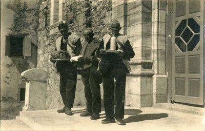 Núria. Tres pastors portant l'ofrena de llana, formatges i llet que presenten a l'acte de l'ofertori durant la festa de Sant Gil