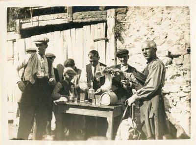 Vidabona. Taula de begudes al mas Vidabona durant la celebració de l'Aplec
