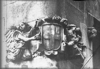 Escultura amb uns àngels sostenint l'escut antic del principat de Catalunya