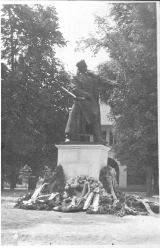 Spomenik heroju Ivi Marinkoviću u Orahovici