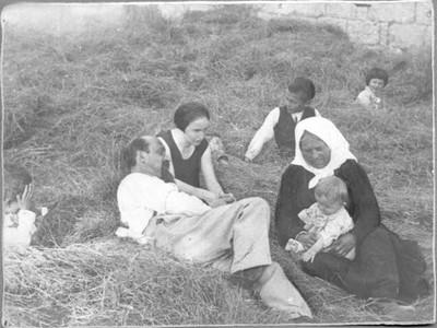 Ivan Meštrović s majkom, sestrom Birom i djecom brata Marka, Otavice, 1927.