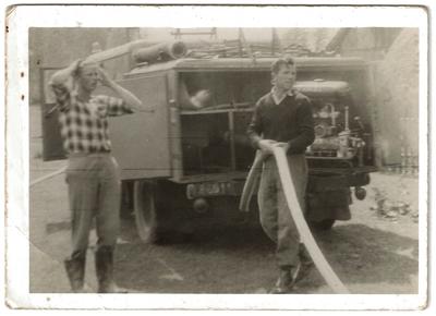 Lata 60. Przygotowywanie wozu strażackiego