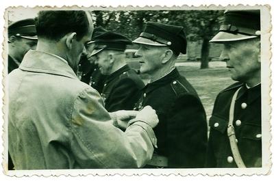 1958. Nadawanie odznaczeń zasłużonym strażakom
