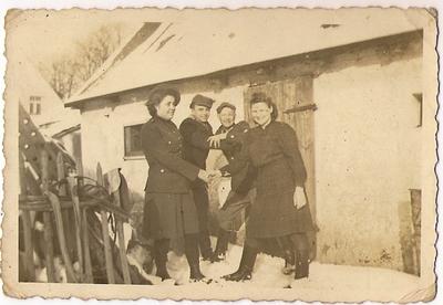 1945. Andrychowo. Stanisław Masalski z kolegami i koleżankami