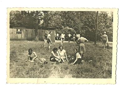 Lata 50. Grupa młodzieży na koloniach letnich