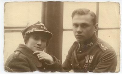 Małżeństwo w żołnierskim mundurze