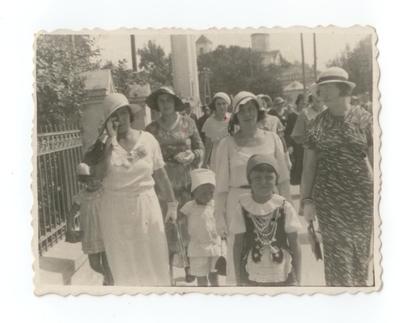 1934, Włodzimierz Wołyński. Kobiety idące do kościoła