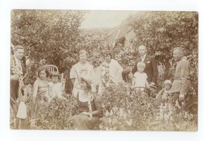 1934-1935. Mieszkańcy Włodzimierza Wołyńskiego w ogrodzieW ogrodzie