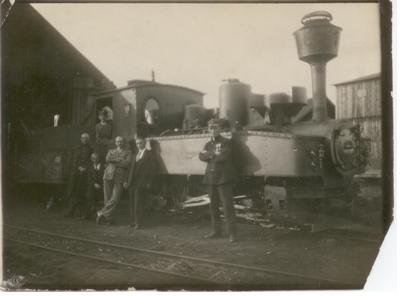 1930-1939. Kolejarze z Gozdowa przed lokomotywą