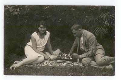 Lata 20., Włodzimierz Wołyński. Para grająca w szachy
