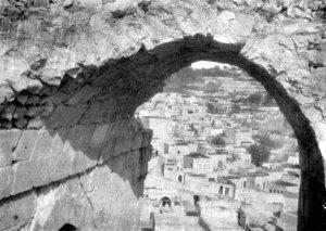 Blick durch einen Bogen der Burg Biredjik auf die Stadt