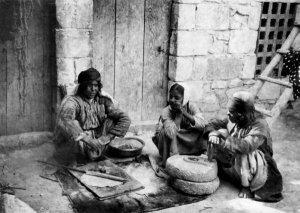 Biredjik, Kurdenfrauen beim Brot backen und mahlen