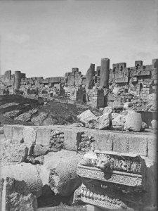 Baalbek, Römisches Friesstück mit Löwenkopf und umbrischen Säulen, Festung