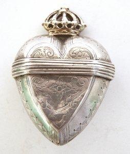 Silberne Riechdose in Herzform