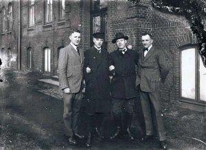 Leitende Angestellte vor dem Verwaltungsgebäude der Eisenhütte