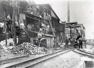 Arbeiter beim Abbruch der Eisenhütte Holstein