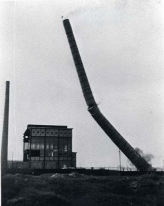 Der letzte Schornstein fällt beim Abbruch der Eisenhütte Holstein
