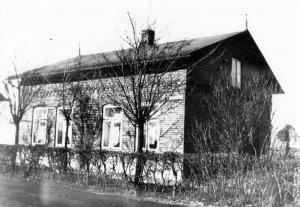 Dorfstr.8, Eckhaus Dorfstrasse - Kanalstrasse