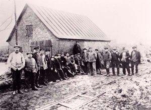 Ausbau der Dorfstraße um 1930 in der Arbeitslosenzeit mit Granitsteinen der Eisenhütte