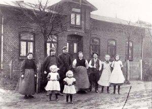 DorfstrasseNr.33  Gruppe vor dem Haus Baumann