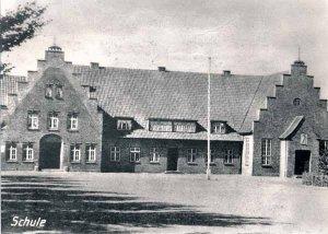 Schulgebäude in der Dorfstrasse  um 1930