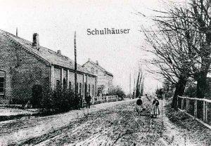 Altes Schulgebäude an der Dorfstrasse um 1903