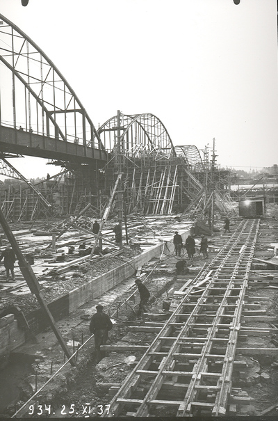 Ūdens pārlaides joslas betonēšana Ķeguma spēkstacijas aizsprosta pamatnē. 1937.gada 25.novembris
