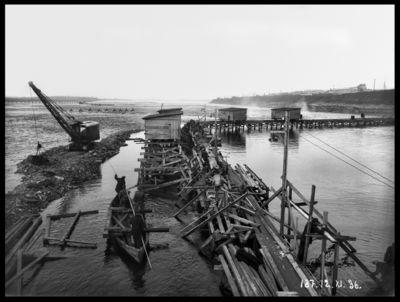 Ķeguma spēkstacijas pagaidu aizsargdambja celtniecība Daugavas labajā krastā. 1936.gada 12.novembris