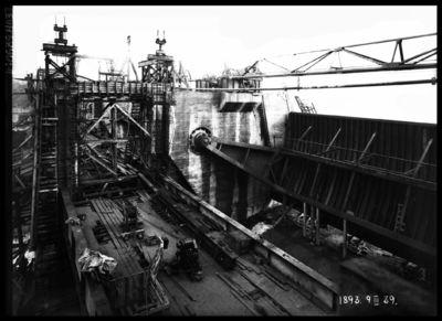 Ķeguma spēkstacijas aizsprosta aizvaru montāžas darbi. 1939.gada 9.marts