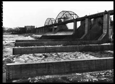 Pavasara palu ūdeņu pārlaišana pār Ķeguma spēkstacijas aizsprostu. 1940.gada 6.aprīlis