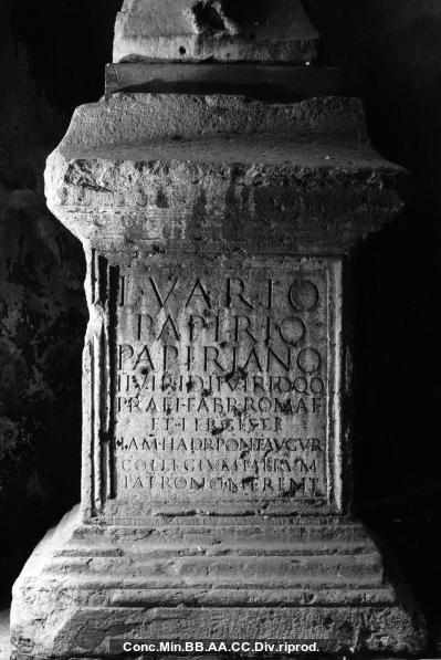 Ehreninschrift auf Statuenbasis