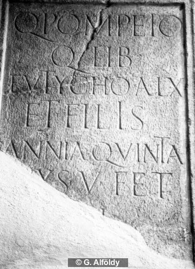 Grabinschrift auf Grabbau
