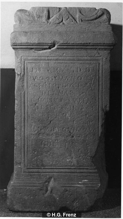 Weihinschrift auf Altar