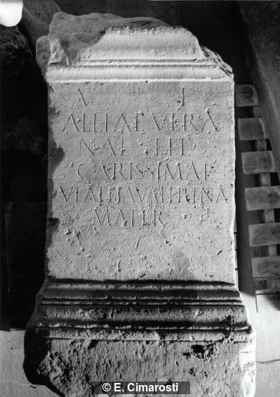 Grabinschrift auf Altar