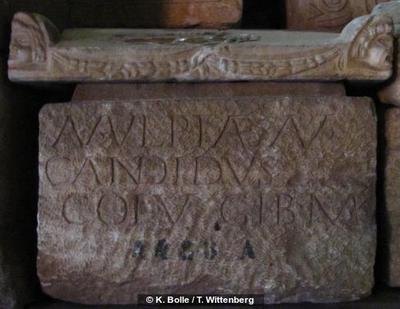 Grabinschrift auf Urne