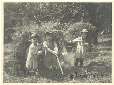 Ο Νικόλας Κάλας (1907-1988), παιδί, με φίλους, μαζεύουν άχυρα, Champ Soleil.