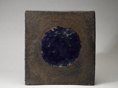 Platta med blå glasyr