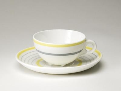 Kaffekopp med fat med gula band och grå linjer